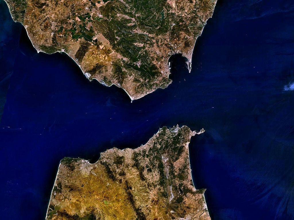 1024px-Strait_of_Gibraltar_5.53940W_35.97279N