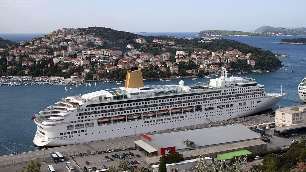 P&O_Cruises_-_MV_Aurora_-_Alongside_Dubrovnik