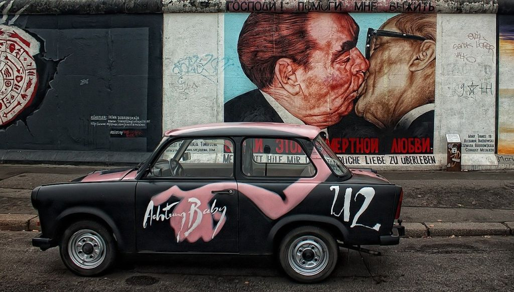 graffiti berlin kiss